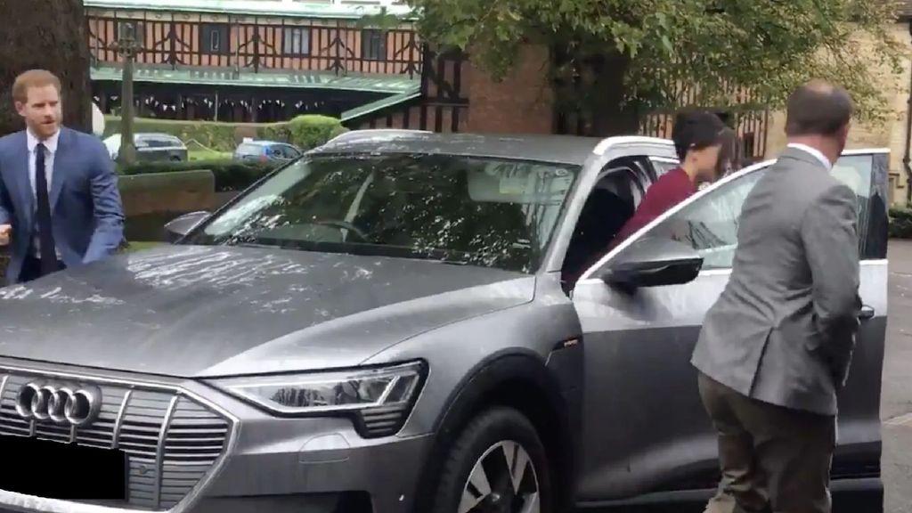 Dituduh Munafik, Pangeran Harry Antar Istri Pakai Mobil Listrik