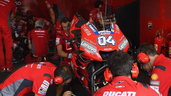 Motor Desmosedici Ducati saat dikerjakan para mekanik di paddock. (Foto: Mirco Lazzari gp/Getty Images)