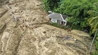 Sulitnya medan dan akses di lokasi membuat Basarnas memperpanjang masa pencarian selama tiga hari untuk tiga korban banjir bandang dan tanah longsor di Sukajaya. ANTARA FOTO/Galih Pradipta.