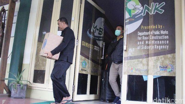 Anggota KPK membawa wadah berisi berkas dari Dinas PUBMSDA