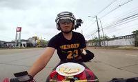 Ngeri Banget! Pria Ini Makan dan Minum Sambil Ngebut Naik Motor
