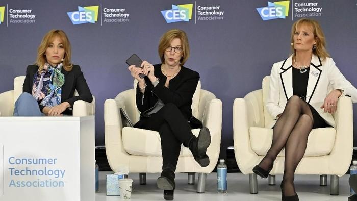 Direktur Privasi Apple Jane Horvath (tengah) saat berbicara di CES 2020. Foto: David Becker/Getty Images