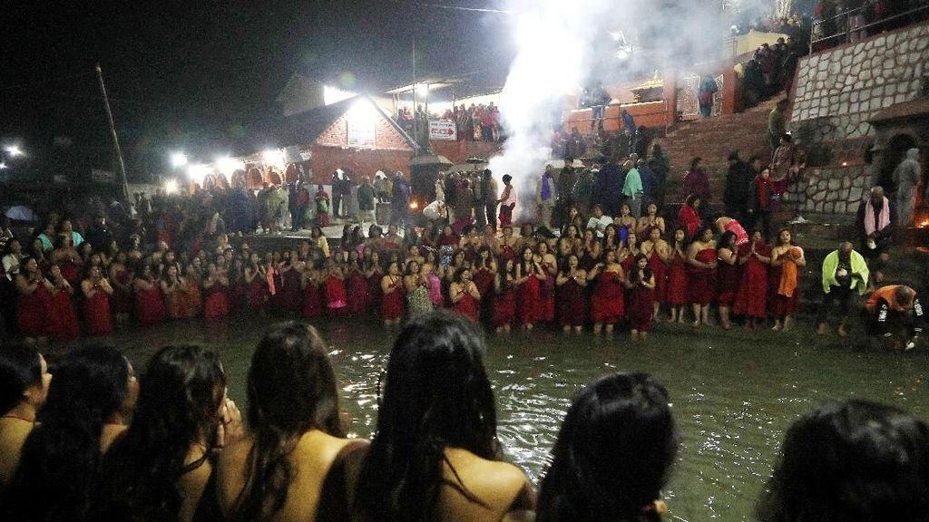 Wanita di Nepal Ramai-ramai Mandi Bareng di Sungai Salinadi