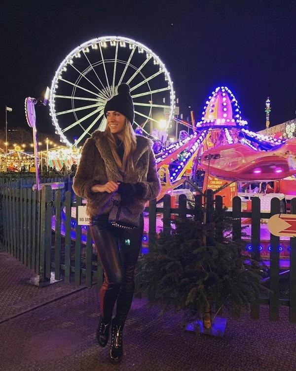 Pose dulu di Winter Wonderland, taman rekreasi terkenal di London (Instagram/helenstellingholt)