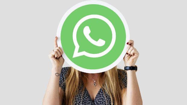 Woman showing a WhatsApp Messenger icon