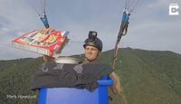 Keren! Pria Ini Makan Sereal Sambil Naik Paralayang