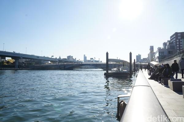 Sungai Sumida tertata rapi dan memang dibuat nyaman untuk warga bersantai, bersepeda dan bisa untuk olahraga juga. Sisi sungai pun dibeton dan diberi pagar pembatas. Hingga sangat aman untuk warga di sana. (Syanti/detikcom)