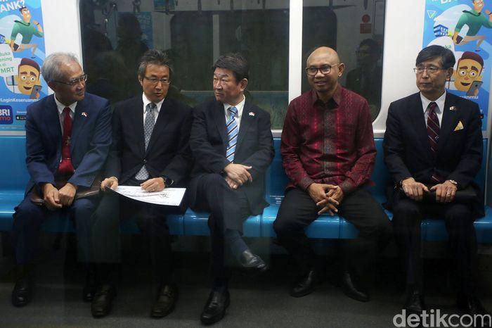 Menteri Luar Negeri (Menlu) Jepang Toshimitsu Motegi menjajal MRT Jakarta, Jumat (10/1/2020).