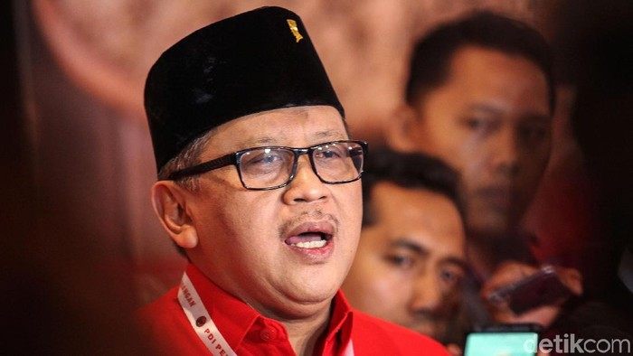 Sekretaris Jenderal (Sekjen) PDIP Hasto Kristiyanto membantah bila ada anggapan terjadi negosiasi untuk melobi Komisioner KPU Wahyu Setiawan guna meloloskan Caleg PDIP Harun Masiku terkait Pengganti Antar-Waktu (PAW). Bantahan disampaikan di sela-sela rakernas PDIP di JIExpo, Kemayoran, Jakarta Pusat, Jumat (10/1/2020).