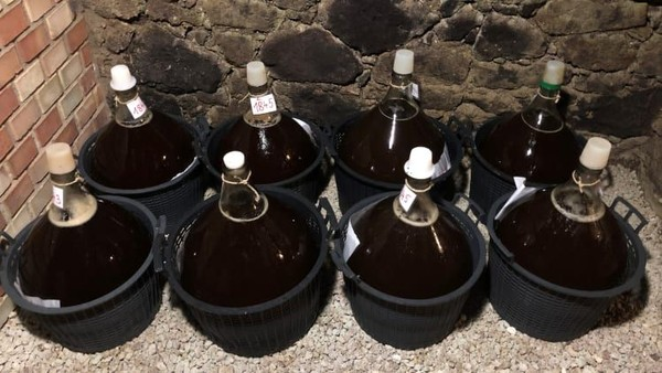Sekitar satu kilogram anggur aszu yang sangat matang hanya dapat menghasilkan satu sendok teh wine. Diperlukan sekitar 20 kilogram anggur untuk sebotol wine 37,5 centiliter, biasanya mengandung sekitar 3% alkohol (Foto: Royal Tokaji Wine Company/CNN)