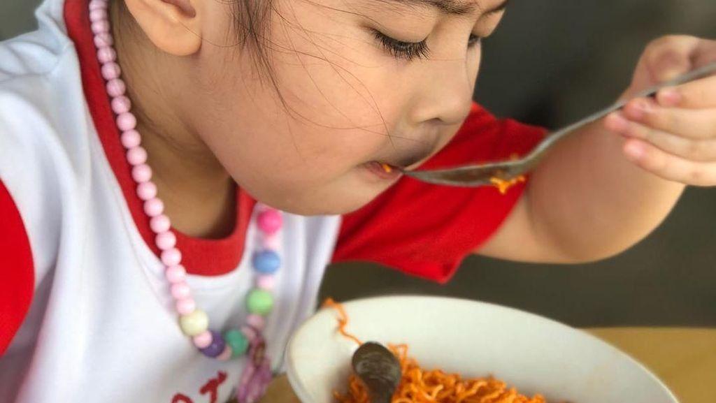 Gemas! Youtuber Cilik Bertubuh Gempal Ini Punya Banyak Momen Makan