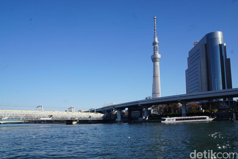 Banyak spot menarik untuk melihat Tokyo Sky Tower ini. Salah satunya adalah dari Sungai Sumida di Asakusa. (Syanti/detikcom)