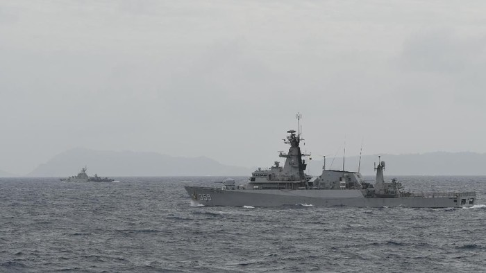 KRI Usman Harun-359 (kanan) bersama KRI Sutedi Senoputra-378 melakukan konvoi saat peran bahaya tempur udara di Laut Natuna, Jumat (10/1/2020). KRI Usman Harun-359 bersama KRI Teuku Umar-385, KRI Sutedi Senoputra-378 dan dua kapal Bakamla tergabung dalam operasi siaga tempur laut Natuna 2020 untuk melakukan operasi pengendalian wilayah laut, khususnya di Zona Ekonomi Eksklusif (ZEE) laut Natuna Utara. ANTARA FOTO/M Risyal Hidayat/ama.