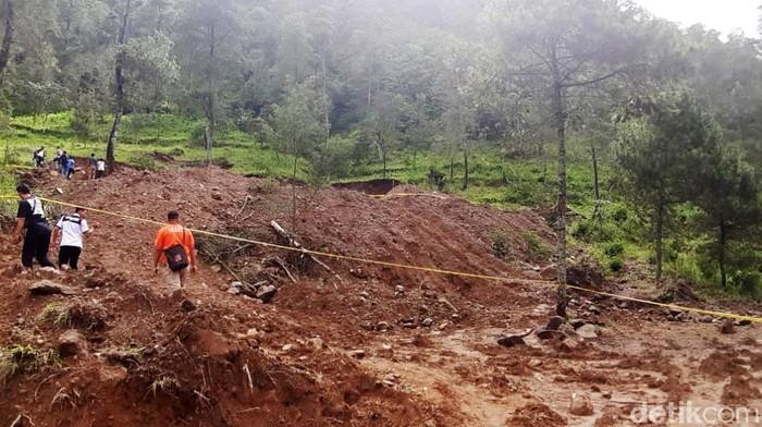 Rencana pembukaan lokasi wisata di lereng Gunung Lawu, Desa Gondosuli, Kecamatan Tawangmangu berujung pada perusakan hutan. Hutan yang tadinya dipenuhi pohon hijau kini terlihat gundul.