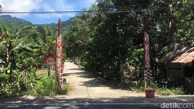 Berjarak sekitar 12 kilometer dari Polewali, ibu kota Kabupaten Polewali Mandar ada Air Terjun Kamandang. Destinasi ini dapat dijangkau kendaraan roda dua dan empat. (Abdy Febriady/detikcom)