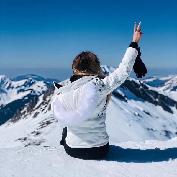 Kayaknya Helen juga suka wisata adventure. Ini gayanya saat hiking di Pegunungan Alpen di Prancis (Instagram/helenstellingholt)