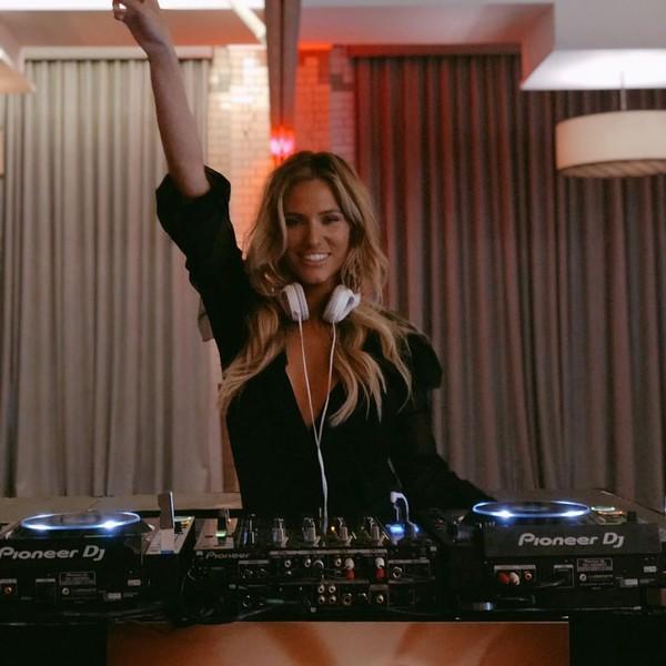 Wanita berusia 30 tahun ini berprofesi sebagai DJ dan usianya lebih muda 15 tahun dibanding Ryan Giggs (Instagram/helenstellingholt)