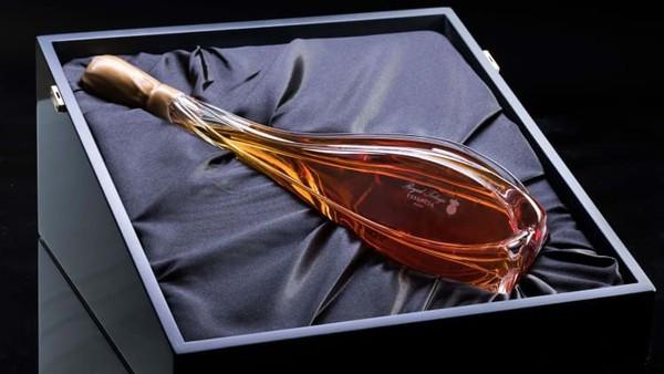 Kemasan wine itu dirancang oleh seniman Hungaria, James Carcass. 18 di antaranya dirilis tahun lalu. Sebagai anggur termahal di dunia saat peluncuran, masih ada tujuh sisaEssencia 2008 dan dijual sebelum tanggal kedaluwarsa pada tahun 2300 (Foto: Royal Tokaji Wine Company/CNN)