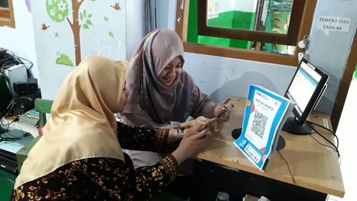 Setelah viral bayar SPP pakai GoPay, madrasah di Semarang ini jadi yang pertama punya QRIS. Foto: GoPay