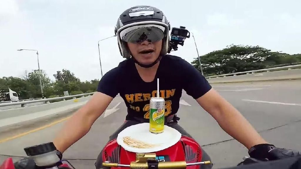 Aksi Ngeri YouTuber Makan-Minum Sambil Kendarai Motor