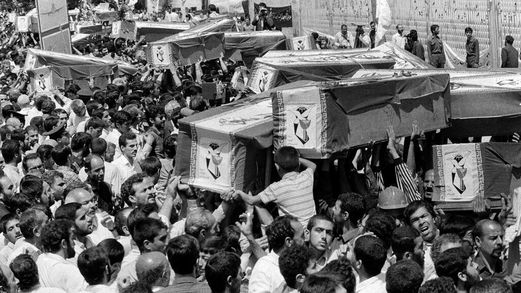 Pemakaman Korban Pesawat Iran Air yang Dirudal AS pada 1988
