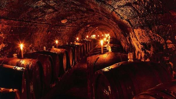 Ada begitu proses dalam pembuatan wine ini, seperti proses fermentasi. Essencia ini dibotolkan setelah delapan tahun pematangan (Foto: Royal Tokaji Wine Company/CNN)