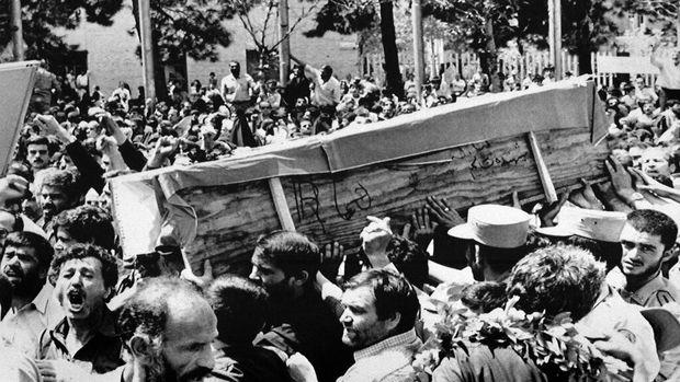 Foto pemakaman korban tragedi Iran Air tahun 1988 silam