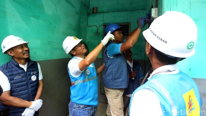 Perumahan Pondok Gede Permai, Bekasi, menjadi salah satu kawasan yang cukup parah terendam banjir. Hari ini petugas PLN memeriksa instalasi listrik di rumah warga.