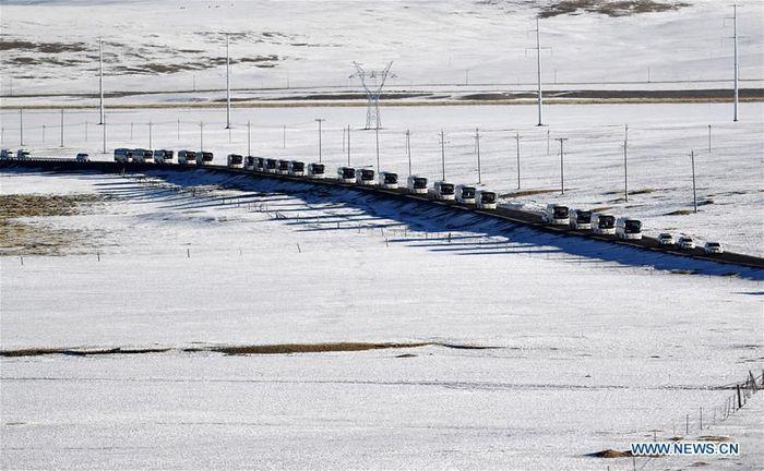 Daerah Otonomi Tibet di Cina Barat Daya melaporkan telah membangun atau memperbaiki total 43.400 km jalan pedesaan selama lima tahun terakhir.Foto: Dok. Xinhua/Sun Fei