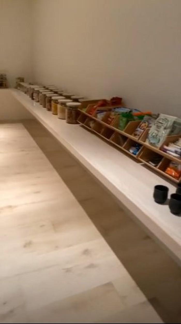 Kim Kardashian memiliki dapur yang super mewah dan bersih. Dapur itu seperti impian semua orang. Beragam makanan ini ia jajar di atas nakas panjang yang ada di dapurnya. Foto: Instagram @kimkardashian