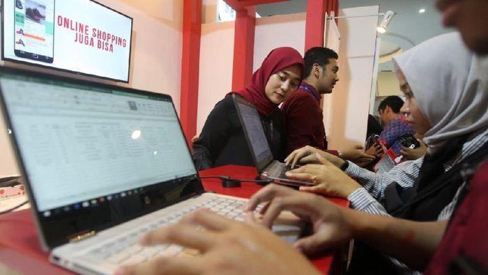 Petugas Bank DKI sedang memberikan penjelasankepada pengunjungIndonesia Career Expo 2020 di Gedung Smesco Jakarta,(10/1).Bank DKI membuka lowongan kerja seiring dengan ekpansi bisnis yang akan dilakukan pada tahun 2020.