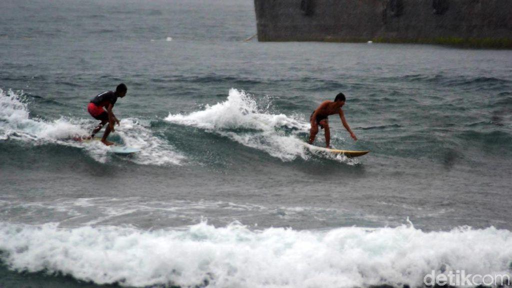 Serunya Bermain Surfing Saat Hujan Mengguyur Pantai Pangandaran