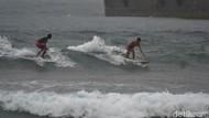 Melongok Keseruan Anak Pantai Pangandaran Surfing di Tengah Hujan Badai