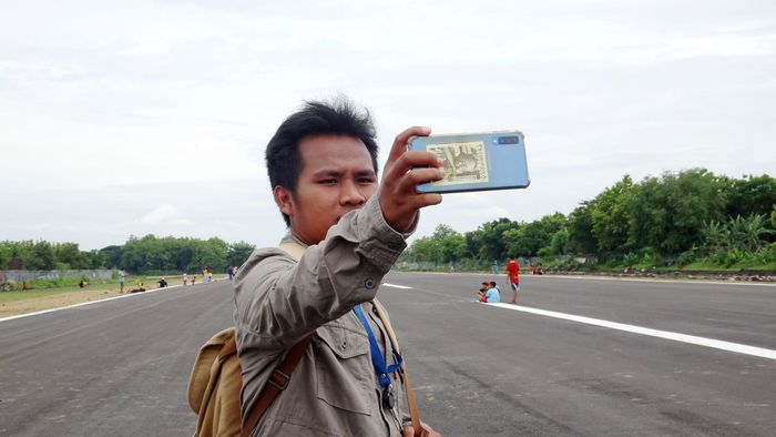 Warga memadati lokasi landasan pacu untuk berswafoto.