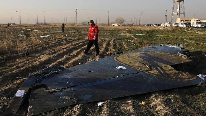 Puing pesawat maskapai Ukraina yang ditembak jatuh rudal Iran (AP Photo/Ebrahim Noroozi)