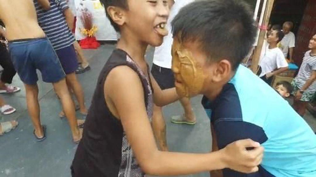 Tradisi Aneh! Menjilati Selai Kacang di Wajah Teman