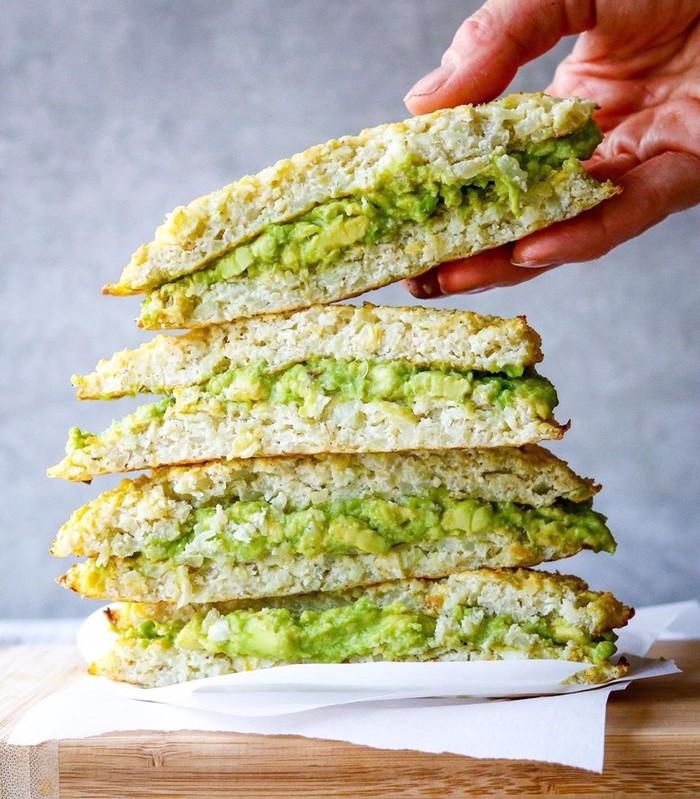 Populer sebagai superfood alpukat punya kandungan lemak baik. Bisa dijadikan isian sandwich atau roti panggang. Foto : Instagram @paleohacks