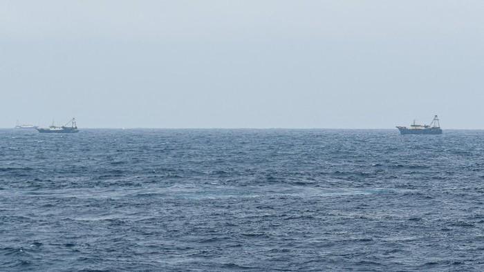 Kapal Coast Guard China-4301 membayangi KRI Usman Harun-359 saat melaksanakan patroli mendekati kapal nelayan pukat China yang melakukan penangkapan ikan di ZEE Indonesia Utara Pulau Natuna, Sabtu (11/1/2020) dini hari. Dalam patroli tersebut KRI Usman Harun-359 bersama KRI Jhon Lie-358 dan KRI Karel Satsuitubun-356 melakukan patroli dan bertemu enam kapal Coast Guard China, satu kapal pengawas perikanan China, dan 49 kapal nelayan pukat asing. ANTARA FOTO/M Risyal Hidayat/pd.