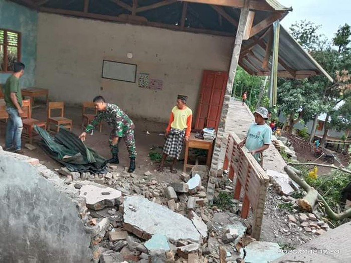 Sejumlah bangunan rusak akibat angin puting beliung di Bantaeng, Sulawesi Selatan / Foto: Dokumentasi BNPB