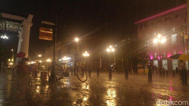 Lampu Syahdu Kota Lama Semarang, Bikin Serasa di Eropa