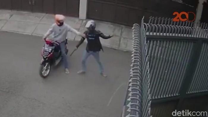 Foto: Aksi pembacokan brutal di Bandung terekam CCTV (tangkapan layar video 20detik)