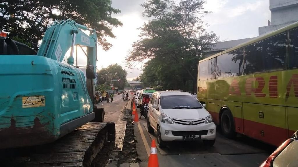 Jalan Amblas di Daan Mogot Dibongkar, Lalin Tangerang ke Jakarta Macet