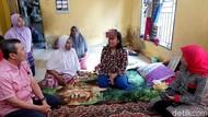 Momen Gubernur Riau Kunjungi Warganya Pengidap Kanker Ganas