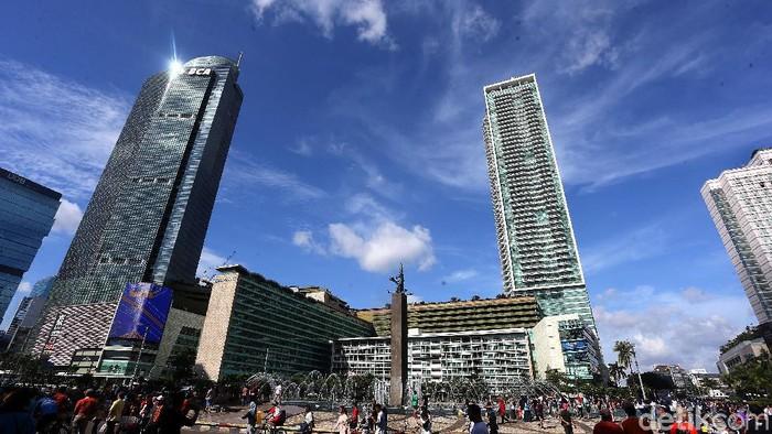 Langit kota Jakarta terlihat cerah di kawasan CFD Bunderan HI, Jakarta, Minggu (12/01/2020). Yuk lihat.