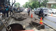 Jalan Daan Mogot Amblas, Saksi: Nggak Ada yang Lewat, Tiba-tiba Ambruk