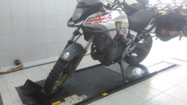 2 Tahun Keliling Dunia, Rider Asal Inggris Ini Servis Moge di Jakarta