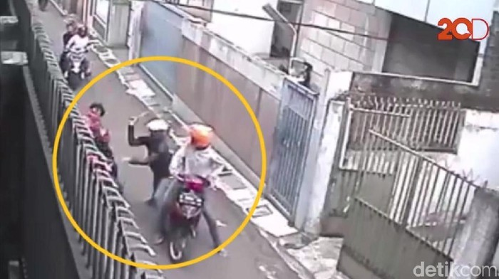 Dua pelaku yang menyerang dan membacok pengendara sepeda motor di Jalan Muhammad Yunus, Kecamatan Cicendo, Kota Bandung. Aksi brutal mereka terekam kamera CCTV. (Foto: tangkapan layar video 20detik)