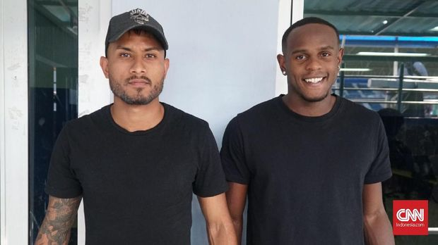 Joel Vinicius (kanan) dicoret dari seleksi Persib. (