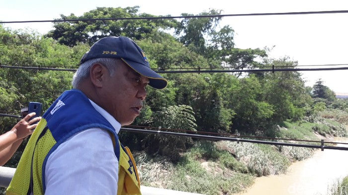 Menteri PUPR Basuki Hadimuljono mengecek tanggul jebol di Sungai Babakan, Ketanggungan, Brebes, Minggu (12/1/2020).
