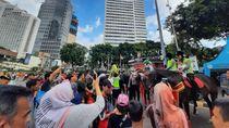Polisi Berkuda Jadi Objek Selfie Pengunjung Car Free Day Bunderan HI